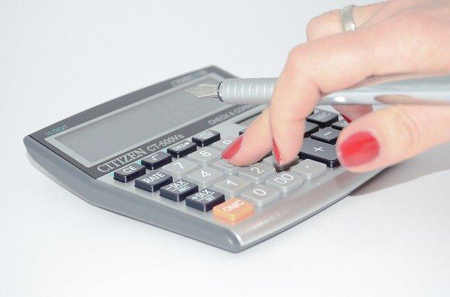 Dłoń na kalkulatorze